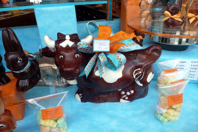 Animali di cioccolata nelle vetrine delle pasticcerie